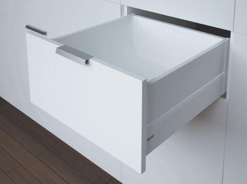 Weiße Schublade mit Reling, Seitenwand und Softclose der Marke Harn Ritma Cube eingebaut in einer modernen Küche