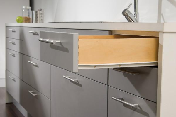 Seitenansicht einer Schubladenführung aus Metall eingebaut in einer modernen Küche