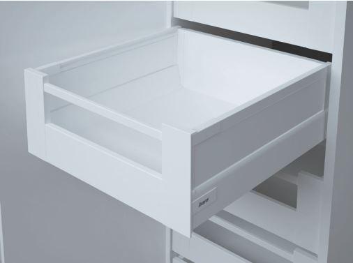 Weiße Schublade als Version Innenschublade mit Hoher Seitenwand und Softclose der Marke Harn Ritma Cube eingebaut in einer modernen Küche