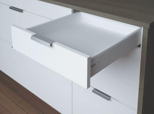 Weiße Schublade mit Softclose der Marke Harn Ritma Cube eingebaut in einer modernen Küche