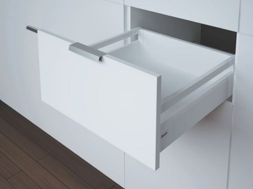 Weiße Schublade mit Reling und Softclose der Marke Harn Ritma Cube eingebaut in einer modernen Küche